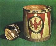 Kleine Trommel: 1809 Kriegsbeute.(in Privatbesitz der Fam. Pedross) <br />Große Trommel: 1708 (ältestes Instrument im Besitz der BK-Latsch)